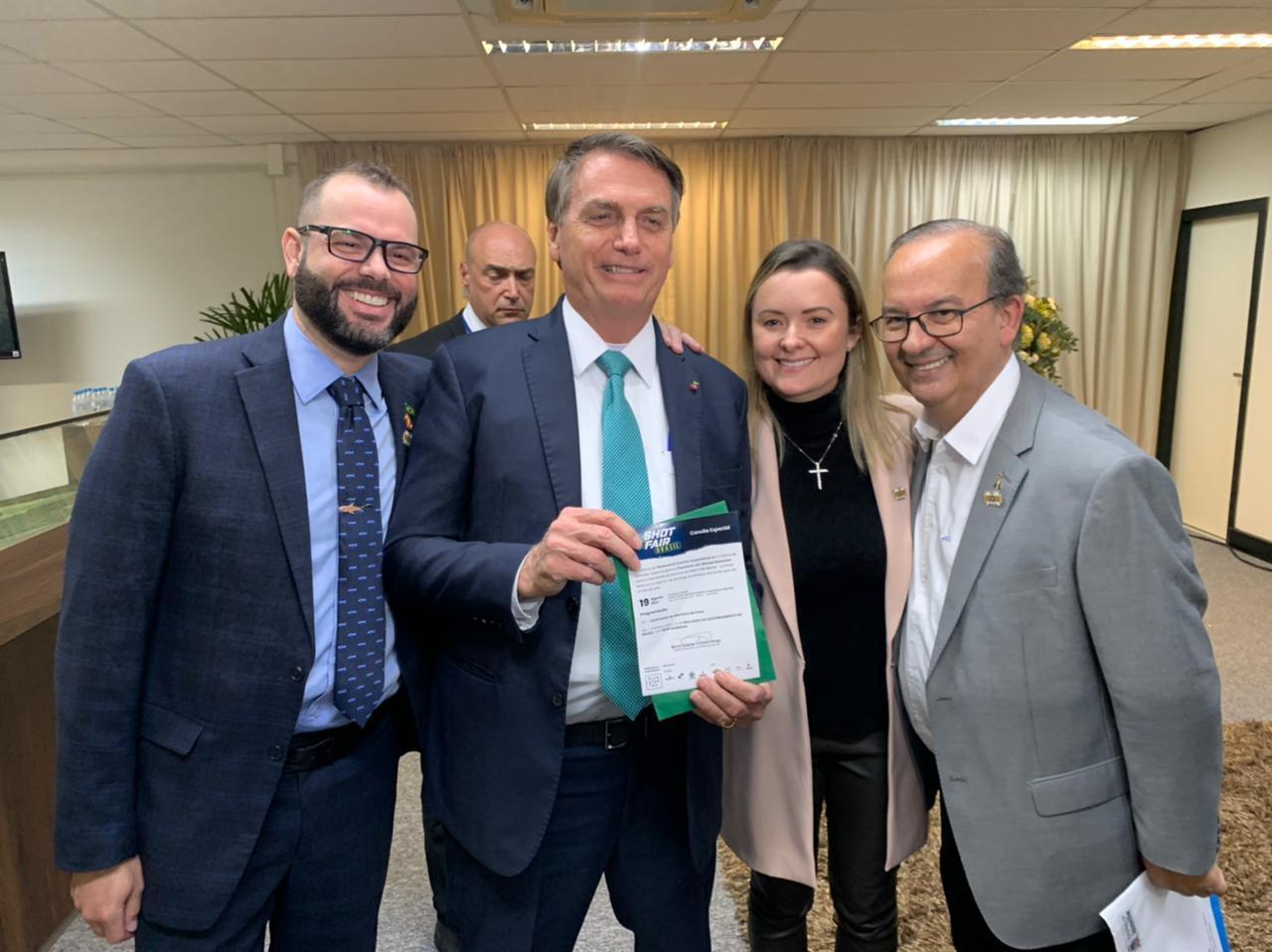 Presidente Jair Bolsonaro recebe convite para a SHOT FAIR BRASIL
